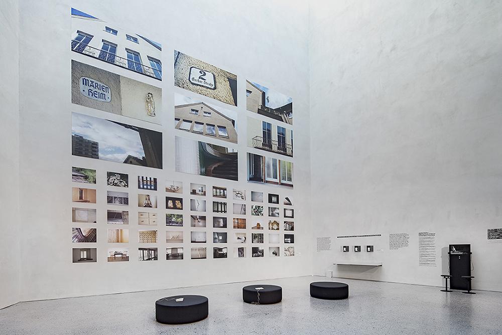 """Atrium des vorarlberg museums mit der Ausstellung """"Grid Marrisonie: Marienheim""""."""